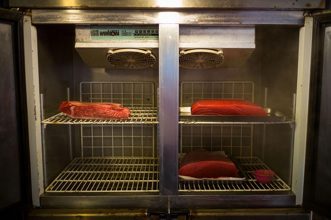 海鮮餐廳的冰庫存放不少高價鮪魚,在台灣,高產值的鮪魚業仍然可以高唱「叫我第一名」。