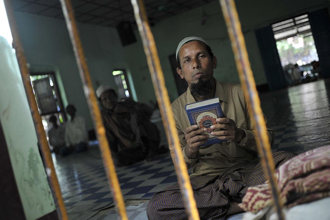 一名穆斯林在清真寺進行祈禱。