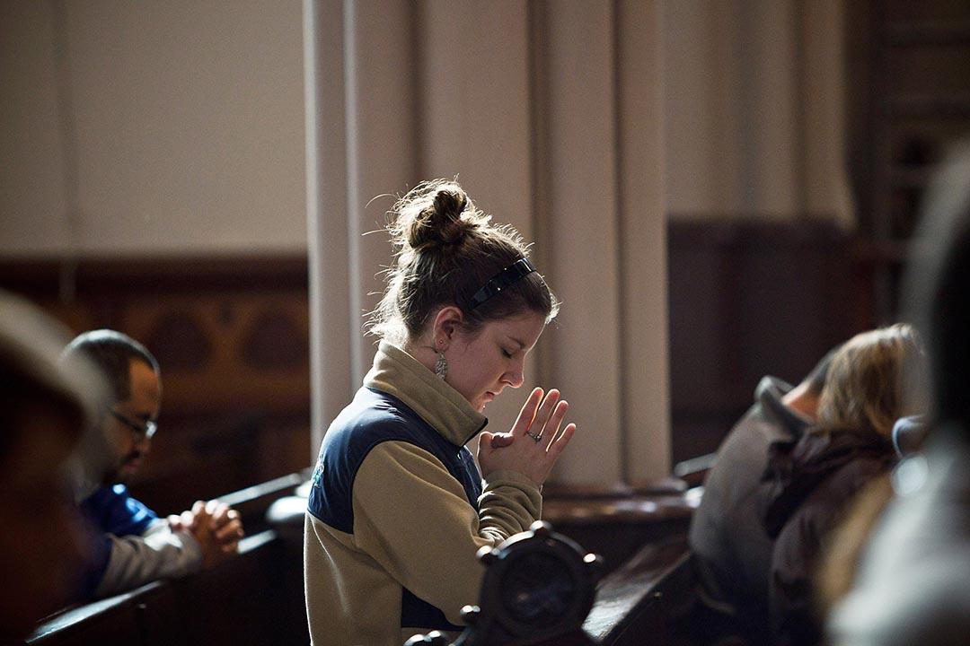 美國務院發佈國際宗教自由年度報告。圖為一個女士在教堂內祈禱。