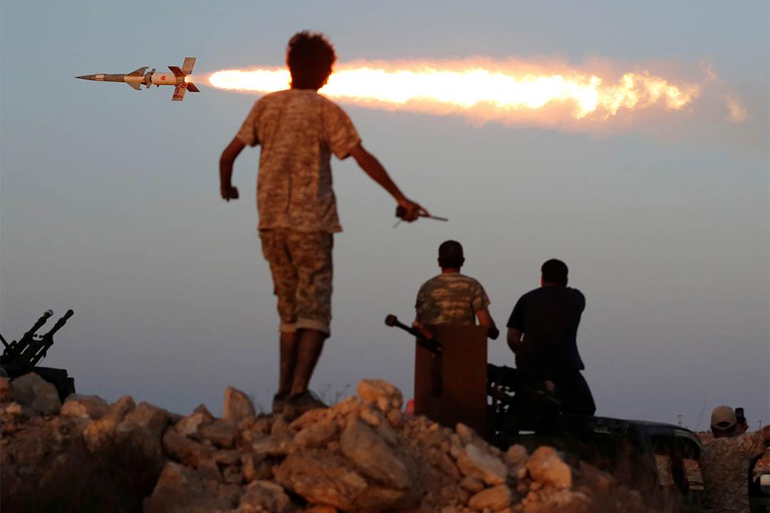 2016年8月4日,利比亞蘇爾特,聯合國支持利比亞政府軍的戰士向伊斯蘭國軍隊發射火箭炮。
