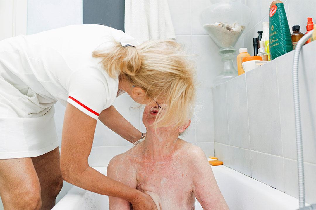 2015年5月21日,意大利米蘭,Gaia的母親為Marisa Vesco (Nonna) 洗澡。