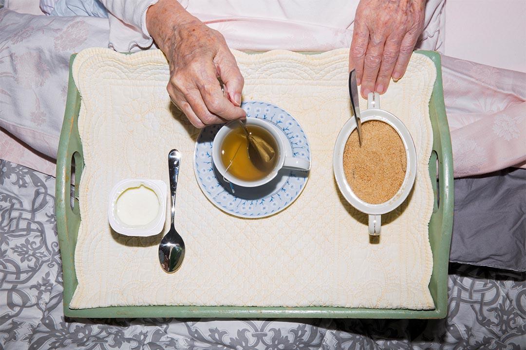 2015年6月24日,意大利科薩托,Marisa Vesco (Nonna) 在她的睡床上吃早餐。