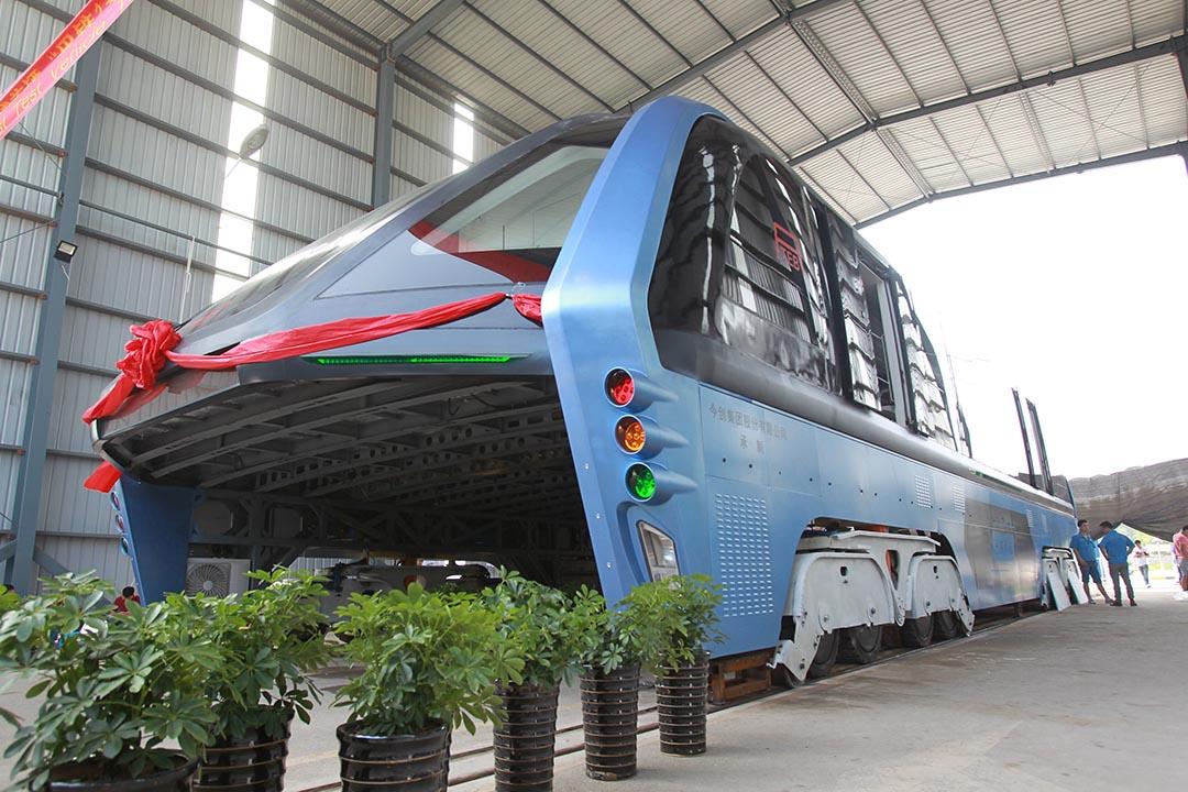 結合巴士和鐵路的國產「巴鐵」其中一節車廂前日在河北秦皇島北戴河成功試車。