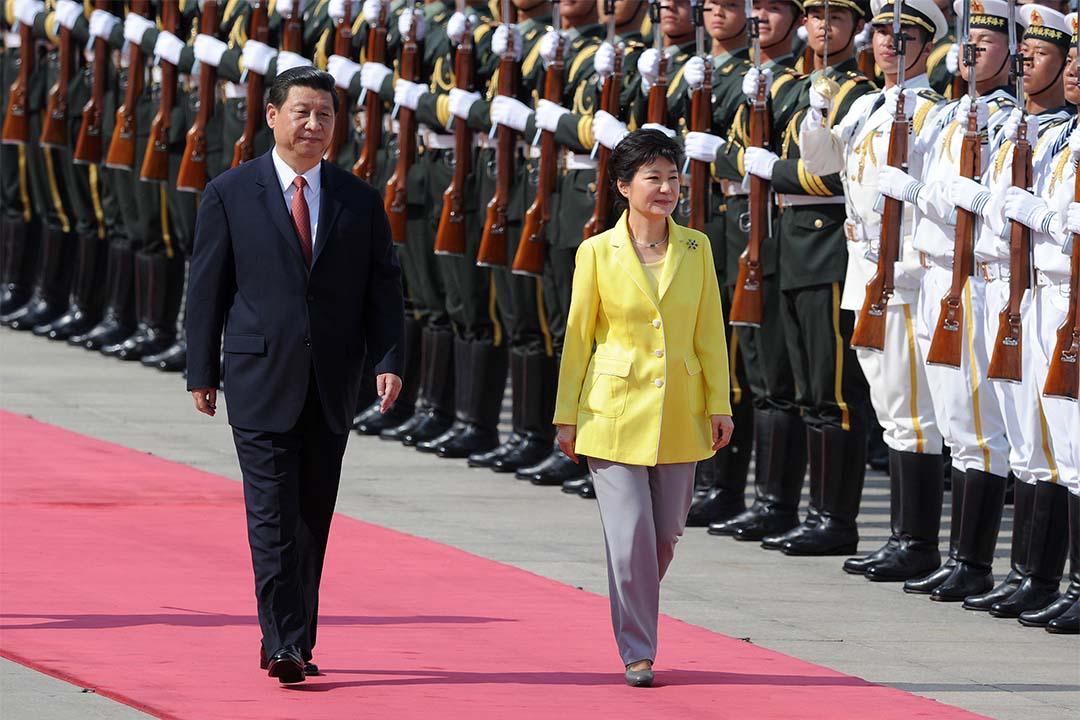 2013年6月27日,南韓總統朴槿惠與中國國家主席習近平在中國人民大會堂出席歡迎典禮。