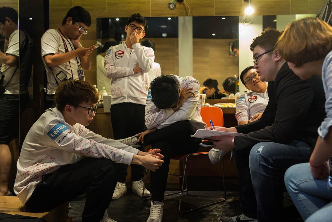 隊伍在聯賽中暫時落後,氣氛緊張,副領隊毛毛會鼓勵隊員,及時打氣。