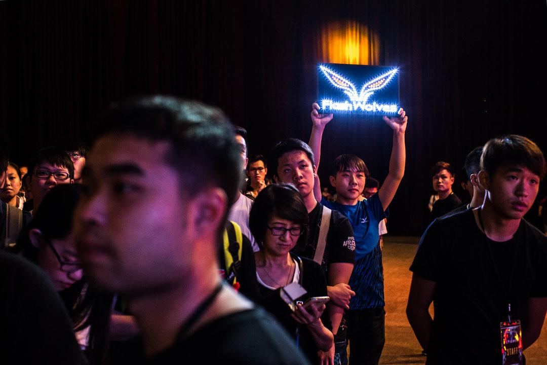 不少年輕人愛上玩《英雄聯盟》,喜歡上網看電競比賽。