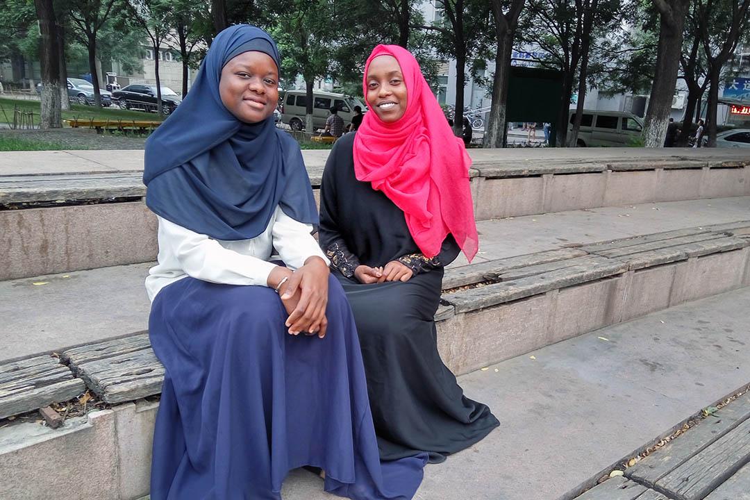 Salma(右)和 Assa(左)就讀於北京航空航天大學。