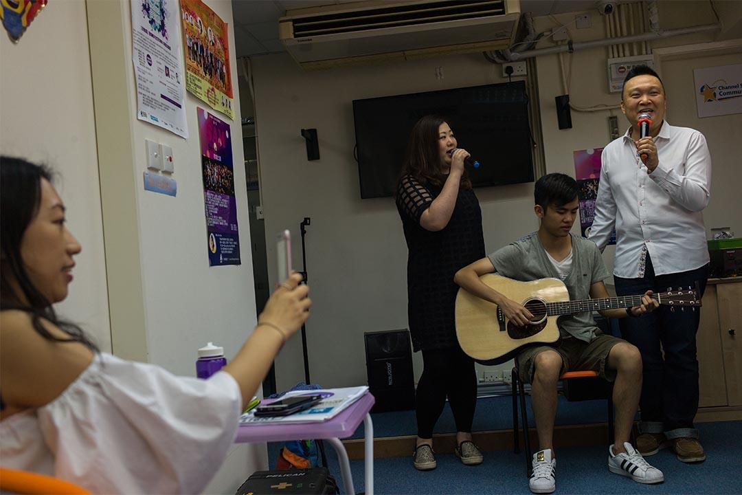 2016年7月18日,旺角,Hong Kong Singer Channel負責人Andy和Jenny於課堂上獻唱。