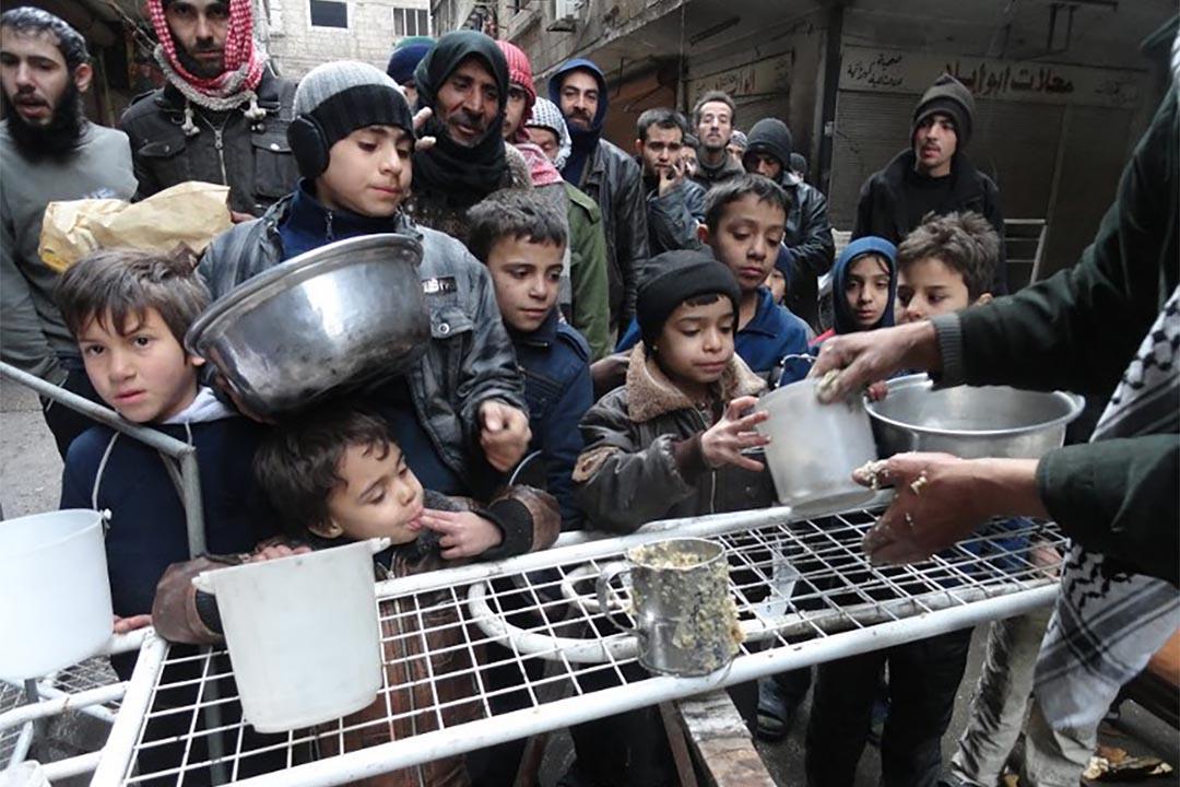 2015年2月13日,人們在難民營中領取食物。