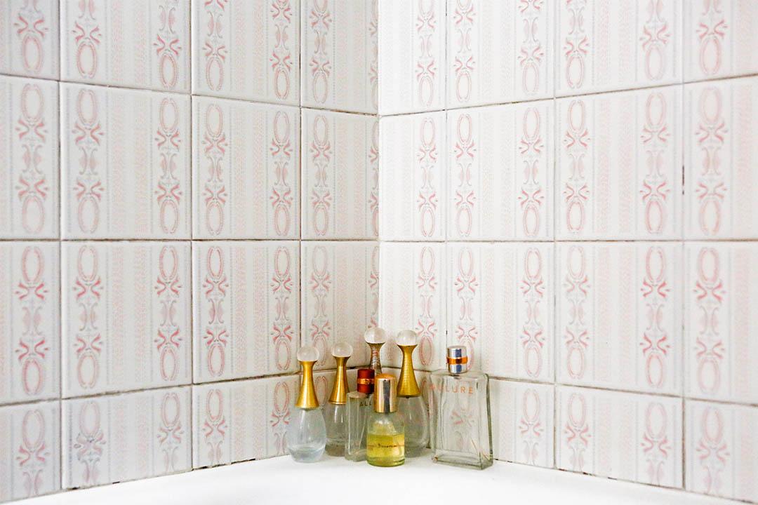 2015年2月5日,意大利科薩托,Marisa Vesco (Nonna) 放在浴室的香水瓶。