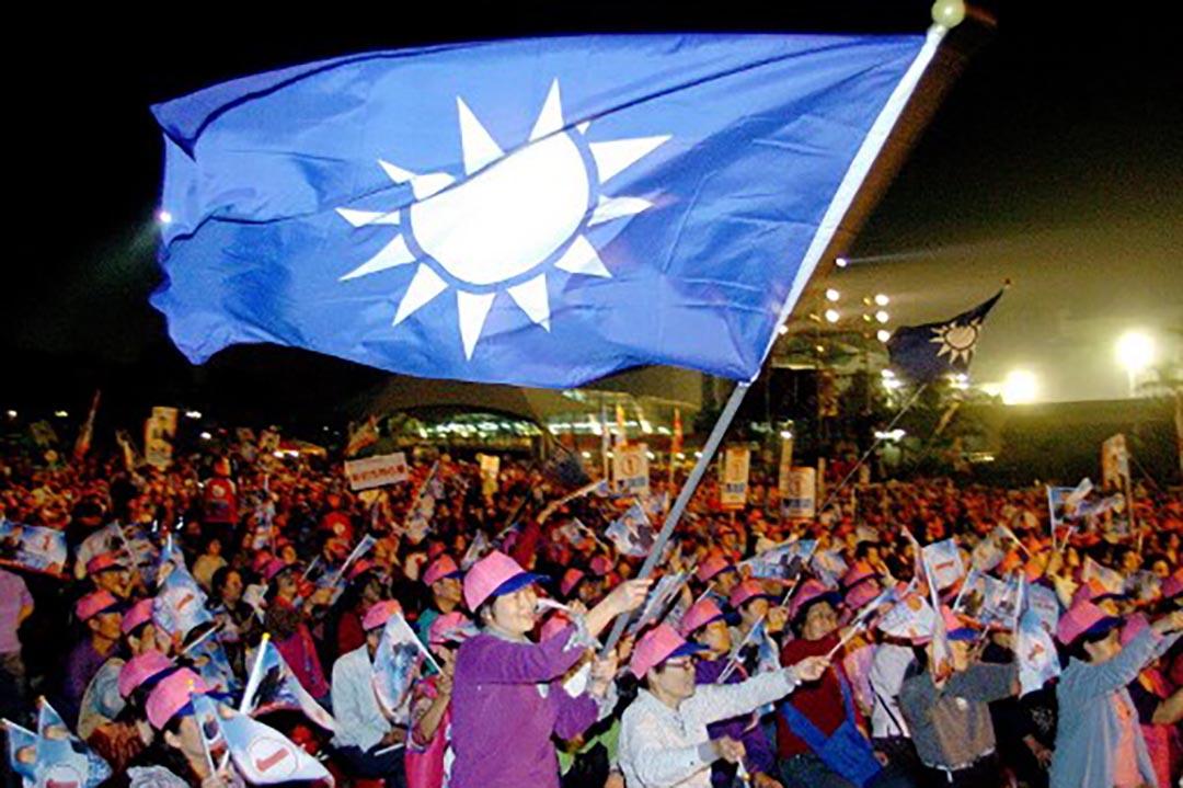 支持者揮動國民黨黨旗。