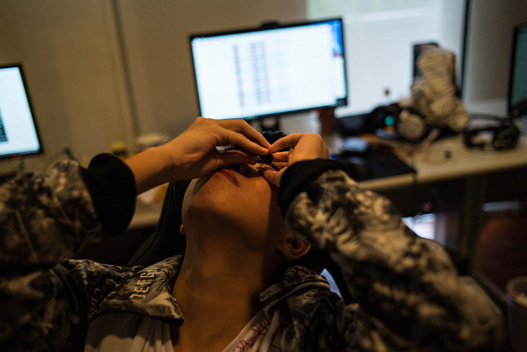長期對著電腦螢幕,一名隊員在滴眼藥水。