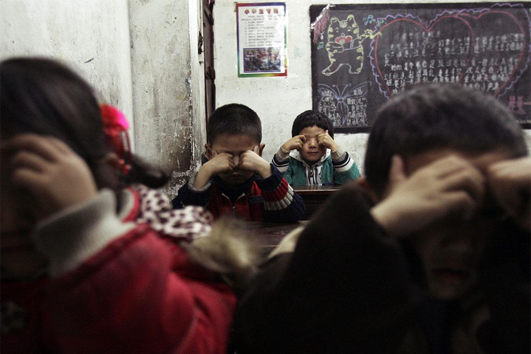 圖為中國湖北武漢一所學校的學生在課堂上做健眼操。