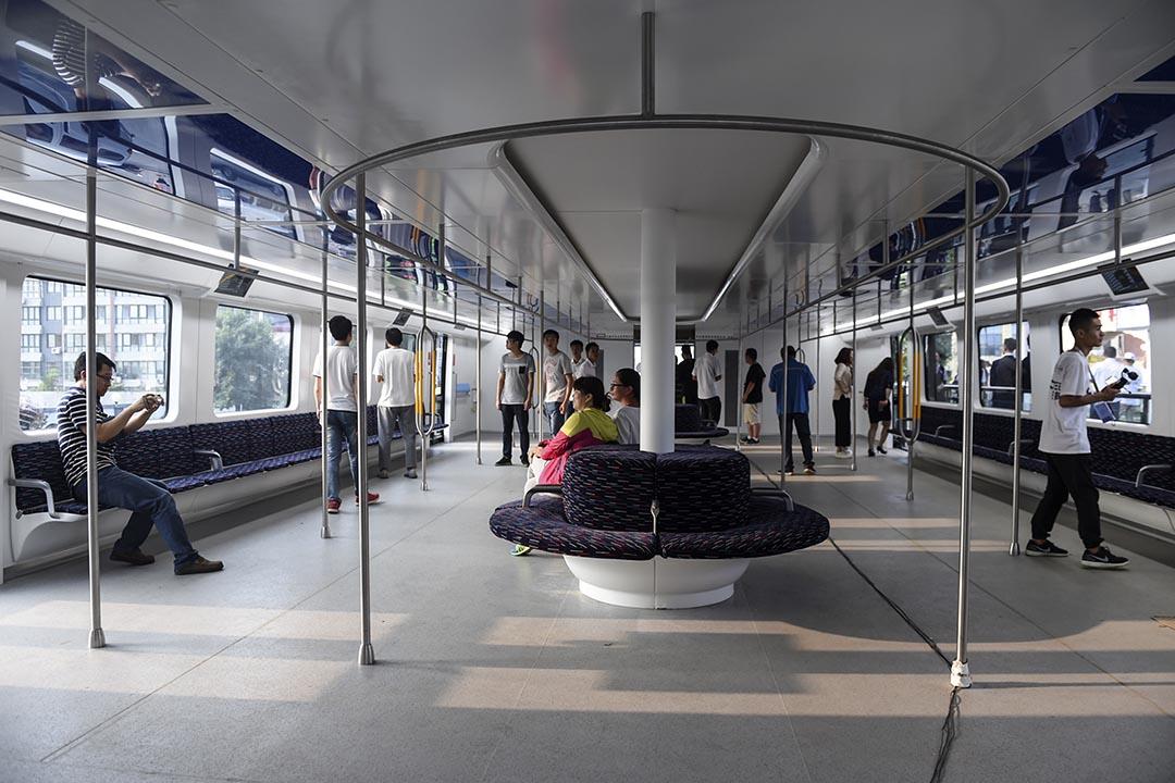 巴鐵車身分4節,上層載人,載客量高達1,400人,下層鏤空,可容納高2米內的車輛通過。