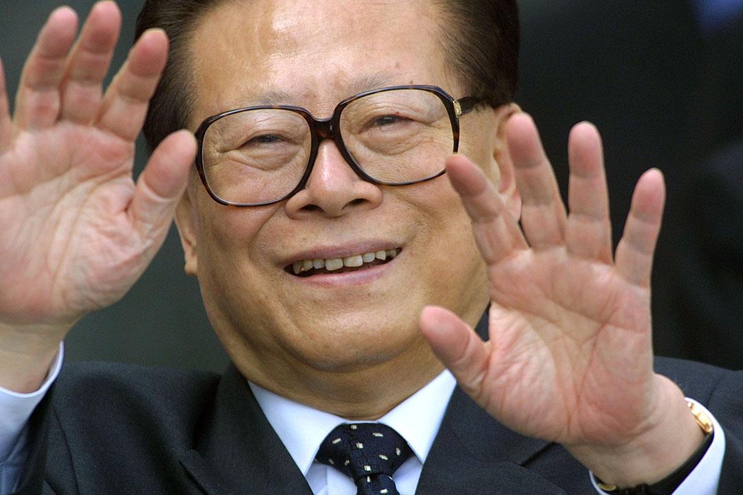 2002年江澤民訪德期間參觀福斯汽車工廠後向記者揮手。