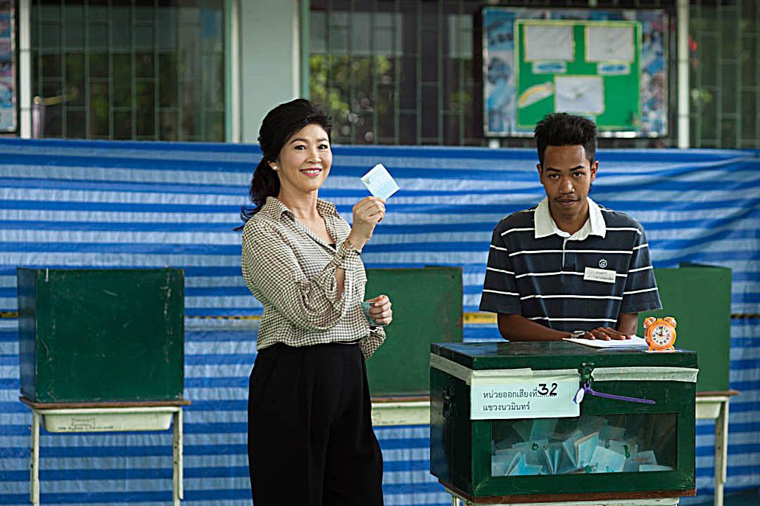 2016年8月7日,泰國就新憲法公投,前首相英祿到曼谷一個票站投票。