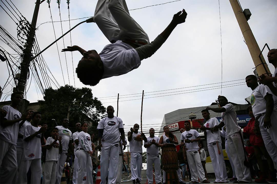 2016年8月3日,巴西里約熱內盧,有人在奧運聖火傳遞到來前表演巴西戰舞。