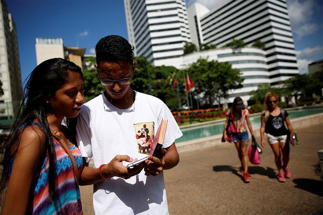 2016年8月9日,委內瑞拉卡拉卡斯,一對兄妹正在街上玩
