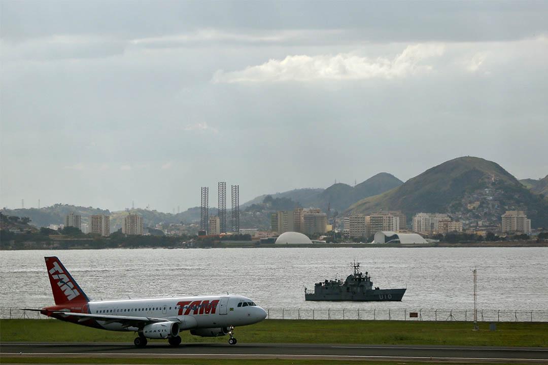圖為一架飛機降落在里約熱內盧機場。