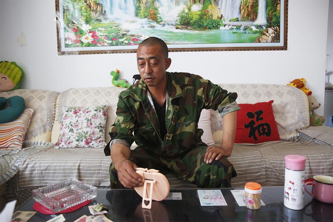 消防員楊偉光的父親楊傑在一家人租住的平房裏。