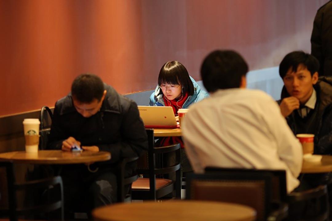 一名市民在咖啡店使用電腦。