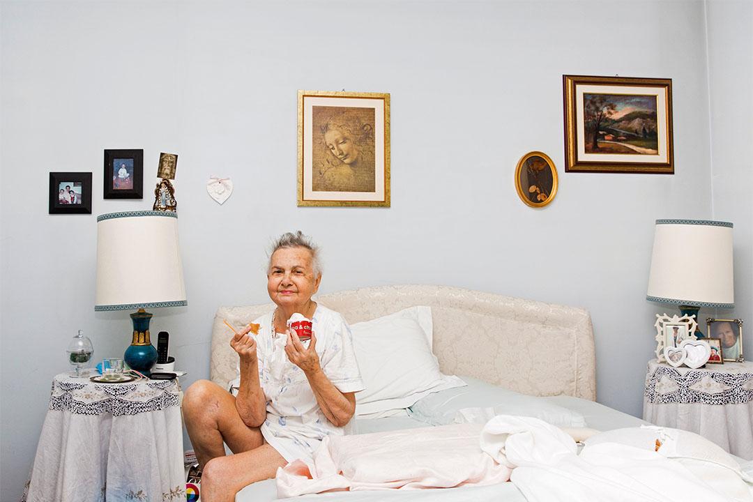 2015年6月30日,意大利科薩托,Marisa Vesco (Nonna) 在睡房內吃冰淇淋。