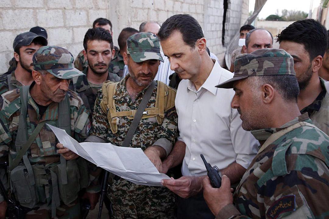 2016年6月27日,敘利亞大馬士革東部烏塔赫拉布地區,敘利亞總統巴沙爾·阿薩德(Bashar al-Assad )聽取士兵報告。