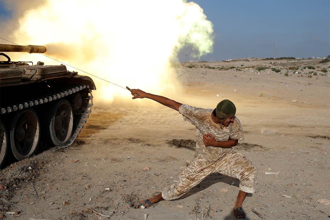 2016年8月2日,利比亞蘇爾特,一個聯合國支持利比亞政府軍的戰士燃點炮火,向伊斯蘭國軍隊發動攻擊。