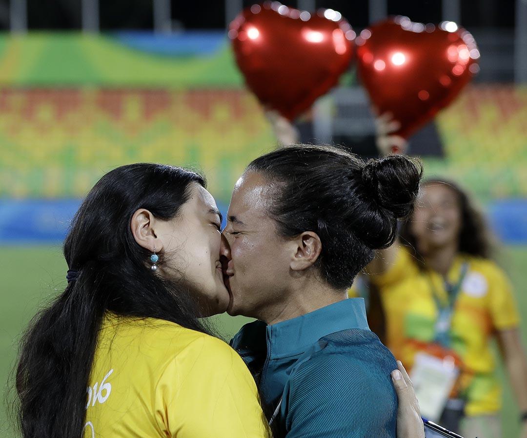 女子七人橄欖球員Marjorie Enya在裡約奧運會女子七人橄欖球決賽後,公開向自己的女友 Isadora Cerullo 求婚親吻。