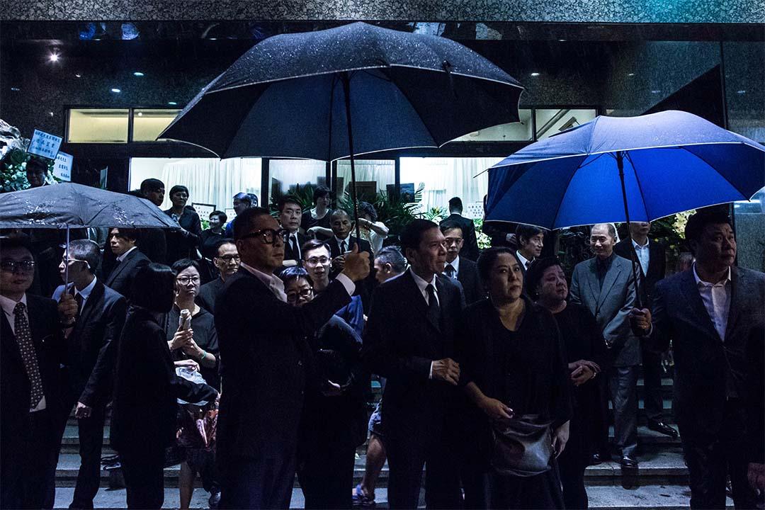 向家親屬在世界殯儀館門外。