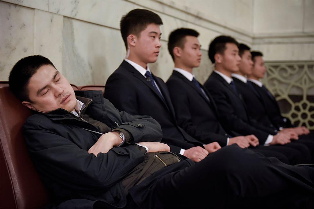 研究證明睡眠能「重置」大腦。圖為2016年3月9日,中國北京,一個男人在人民大會堂睡覺。