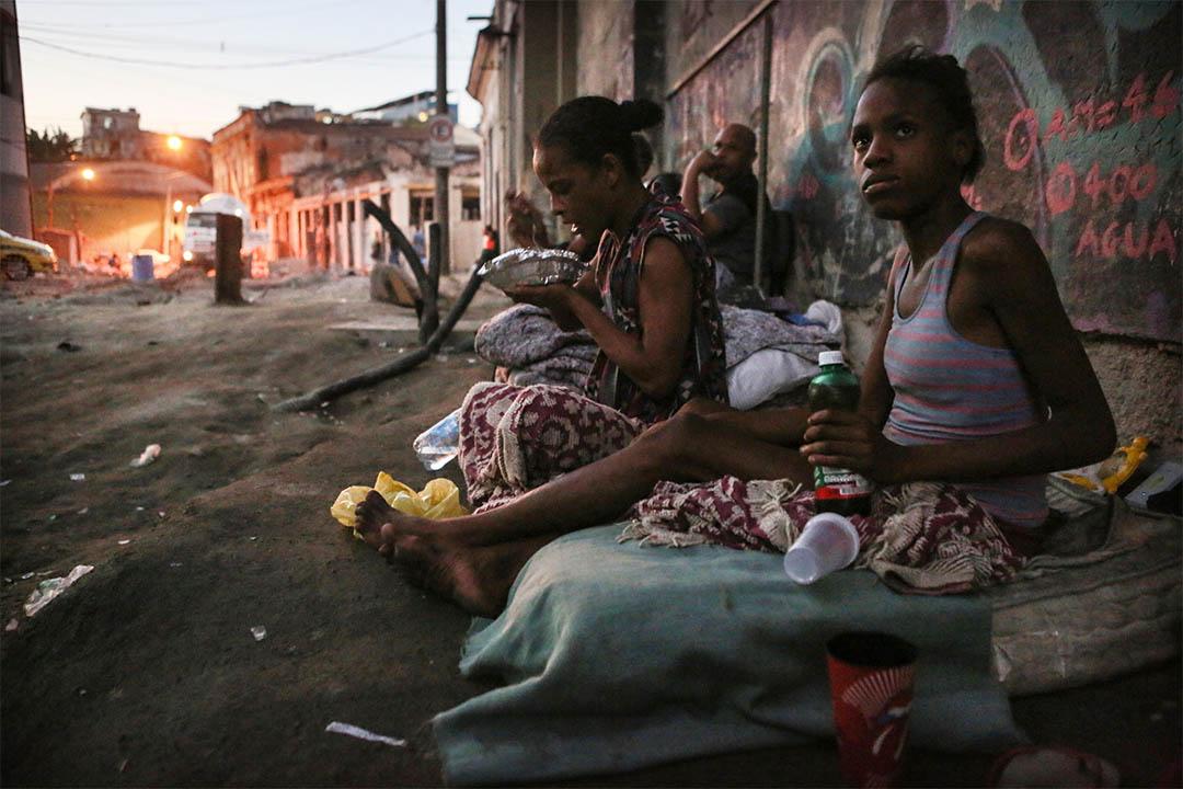 2016年6月17日,巴西里約熱內盧,兩個無家者坐在重建區街頭。