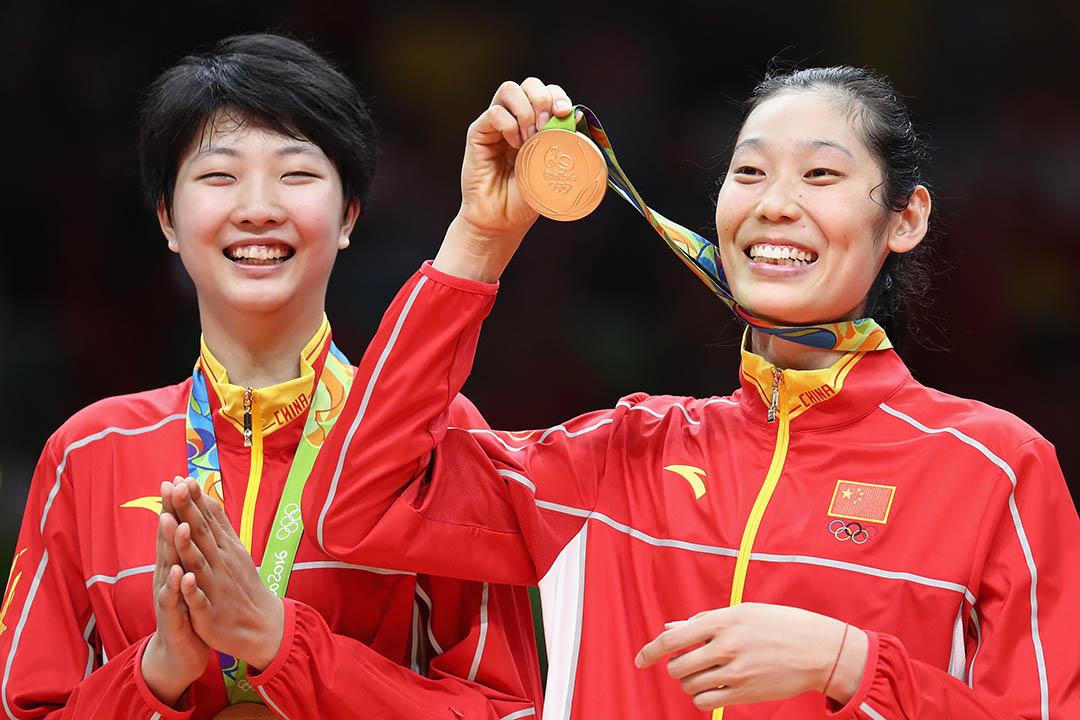 中國的女子排隊隊在領獎台上展示冠軍獎牌。