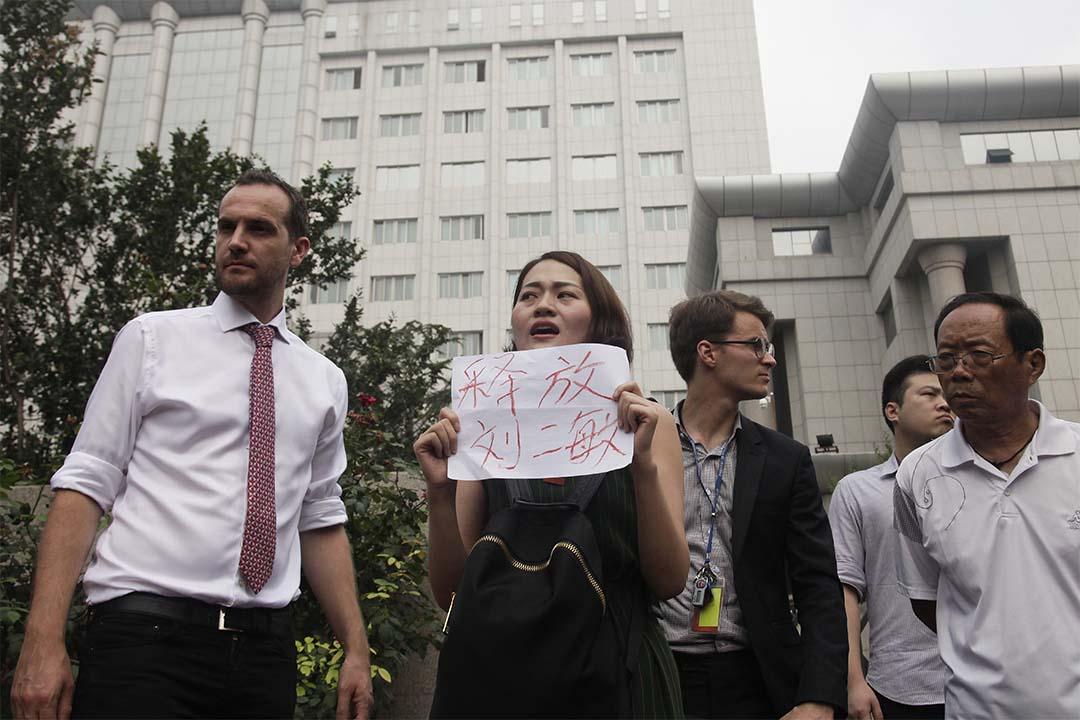 2016年8月1日,709案家屬在天津中級人民法院手持釋放劉二敏字句。