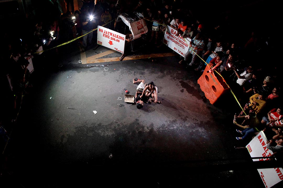 2016年7月23日,菲律賓馬尼拉,在緝毒行動中,一個女子的丈夫據警察稱被民眾打死,女子抱著屍體痛哭。