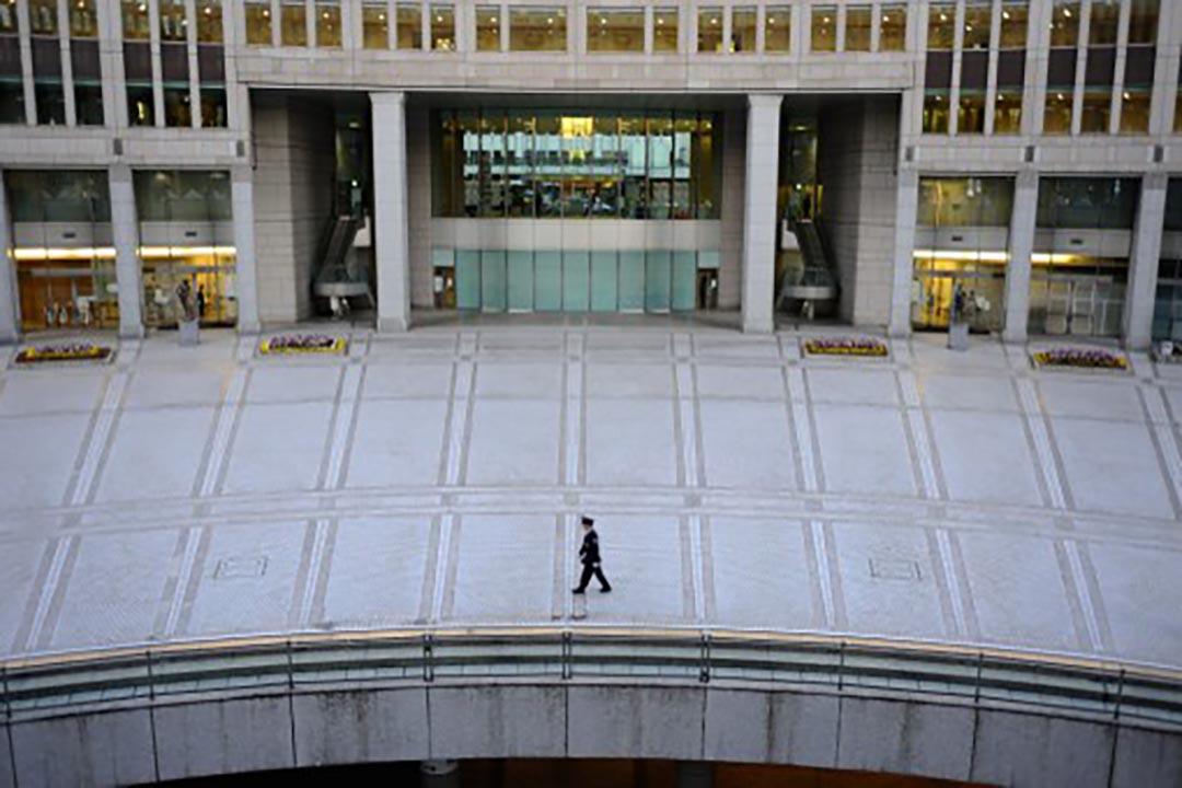 一名保安在東京都政府大樓外巡邏。