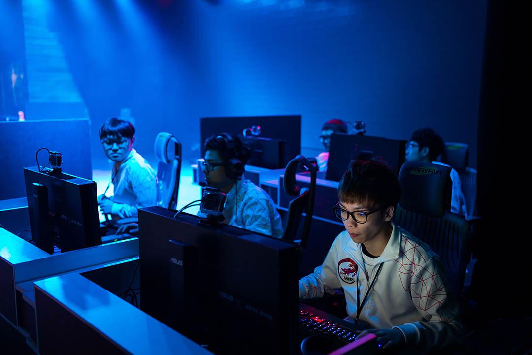香港男生林國華(Gear)參與在台北舉行的職業聯賽,在比賽前進行熱身。