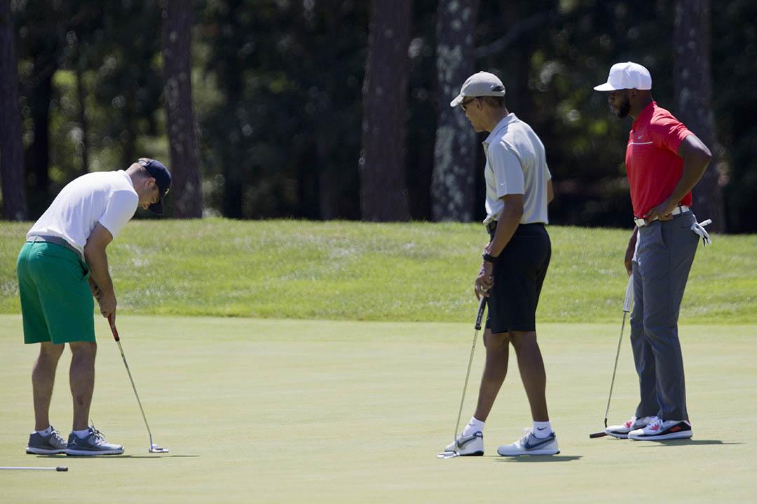 2016年8月7日,美國麻薩諸塞州,美國總統奧巴馬與NBA球星Chris Paul、Steph Curry多位好友一同在的馬莎葡萄園島打高爾夫。