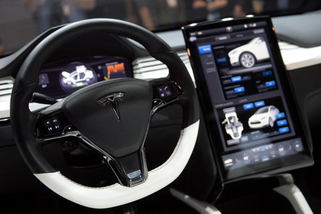 特斯拉自動駕駛技術助駕駛者安全駛達醫院。圖為車輛駄盤上的特斯拉標誌。