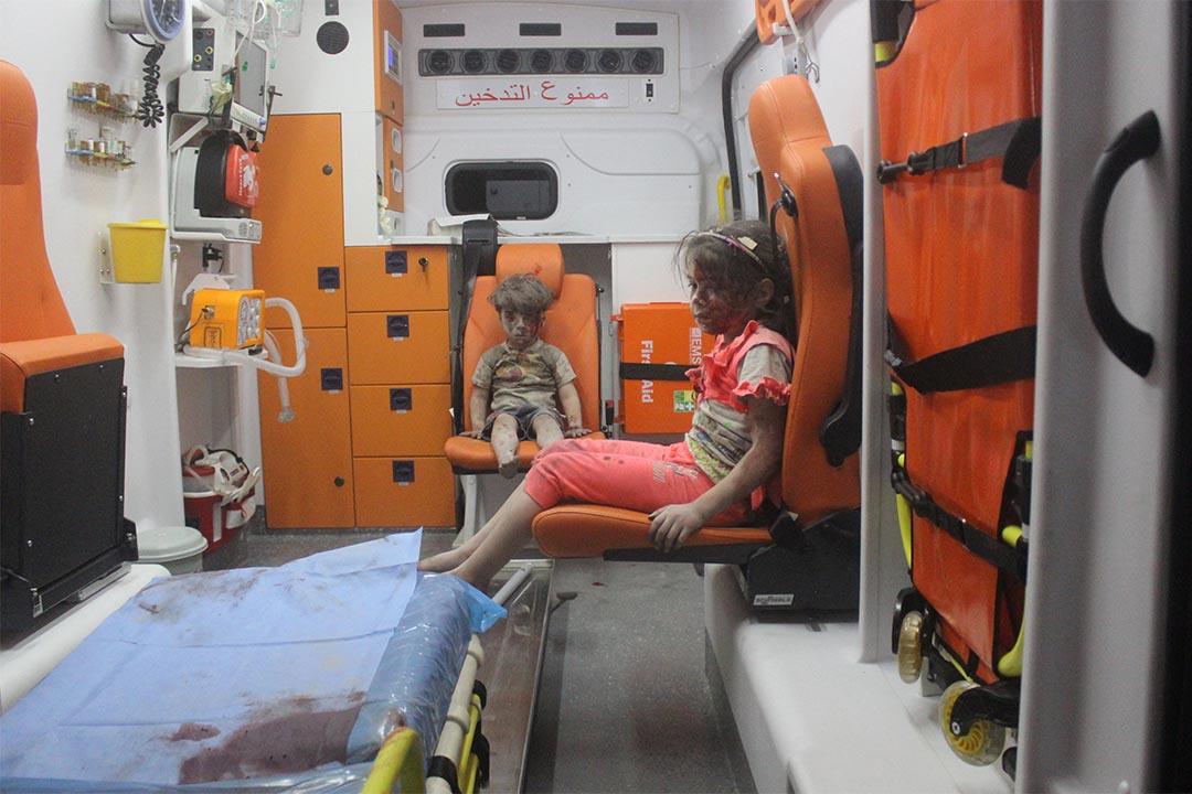 2016年8月17日,敍利五阿勒頗遭遇空襲,男童Omran Daqneesh被救出後獲送上救護車。