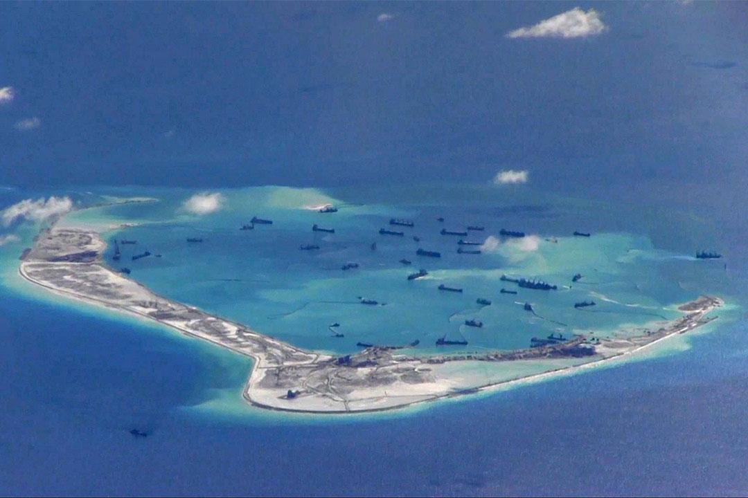 2015年5月21日,中國運沙船在南海島礁。