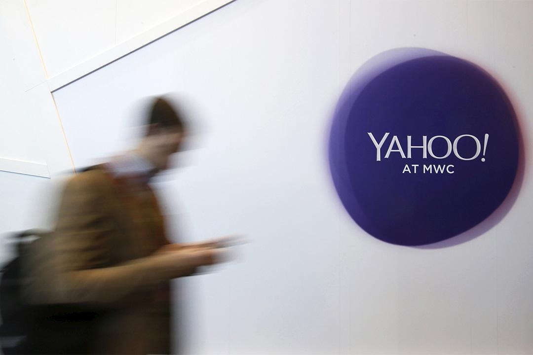 雅虎約2億用戶賬號或遭盜竊。圖為一個男人走過雅虎標誌。