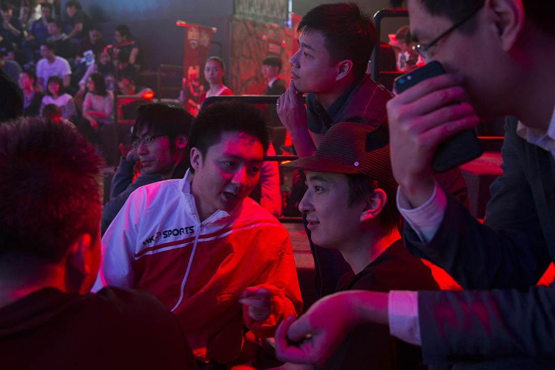 鍾培生在賽後與王思聰觀眾席中聊天。
