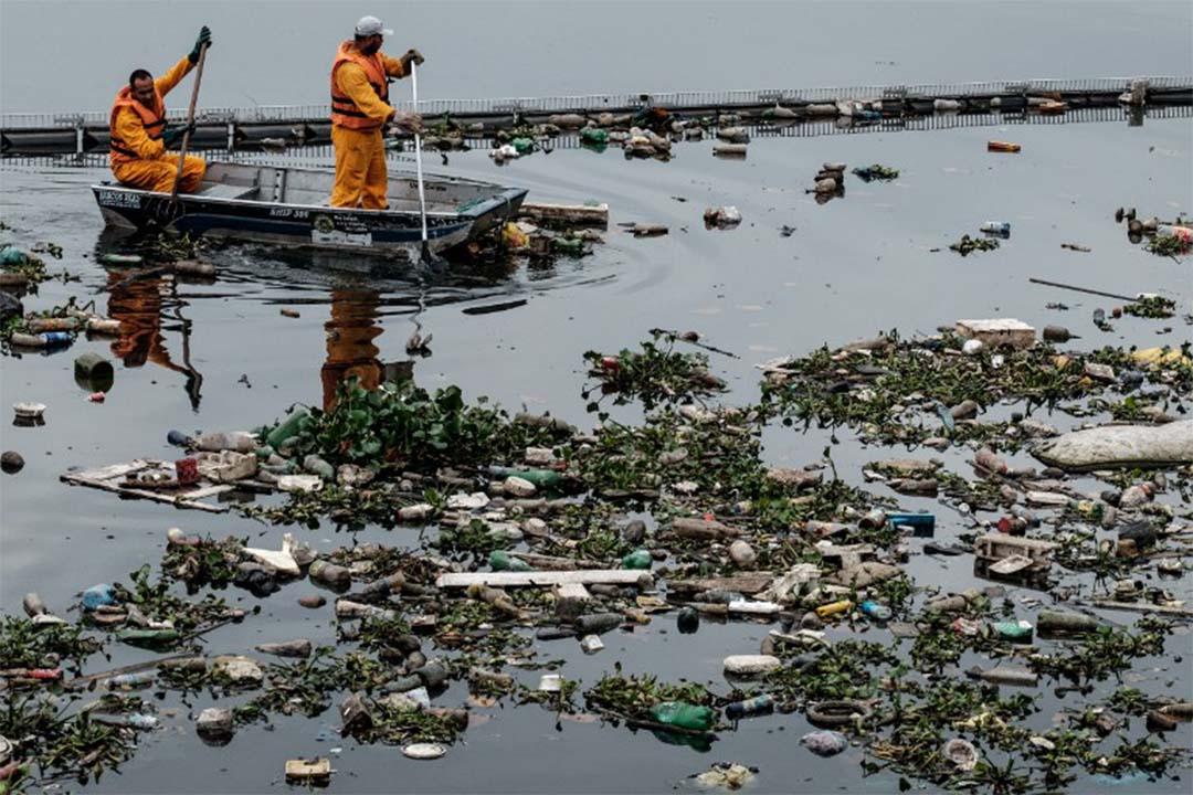 2016年7月20日,清潔人員打撈河道垃圾,以免它們流入瓜納巴拉海灣。