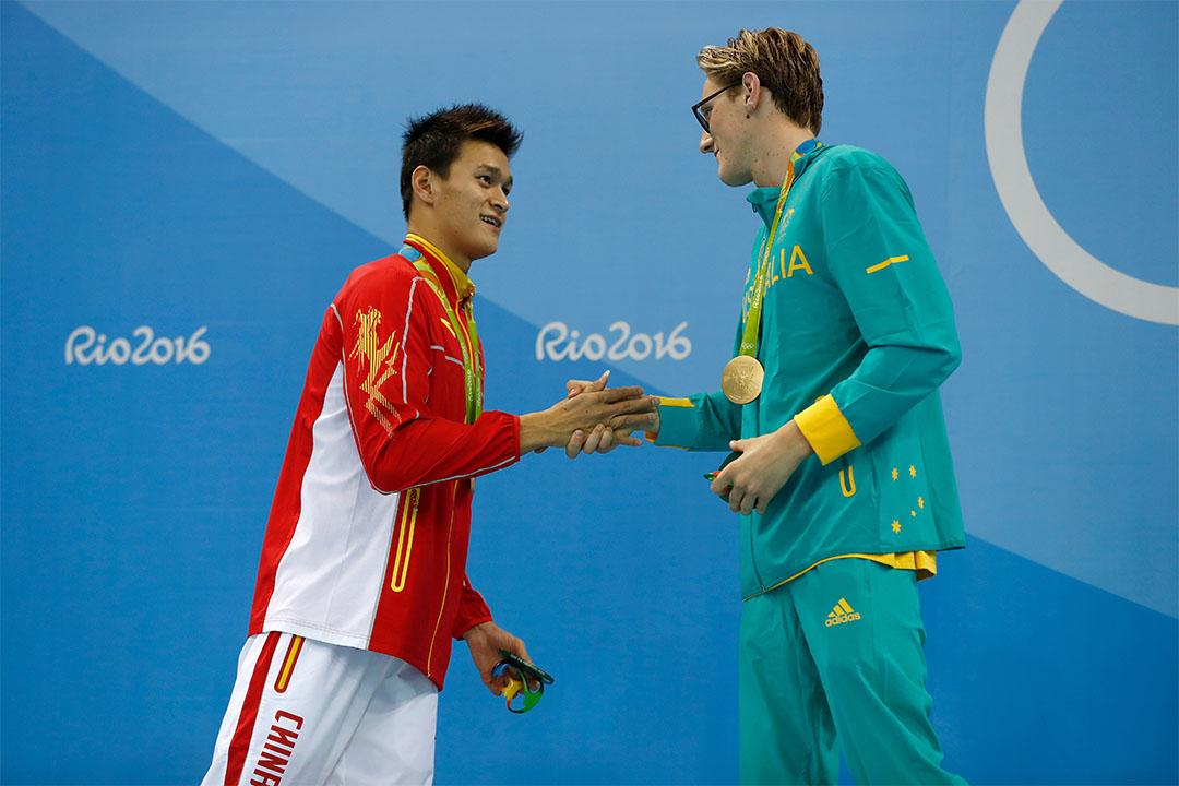 奪得奧運400米自由式冠軍的澳洲泳手霍頓與以0.13秒之差得到亞軍的中國泳手孫楊。