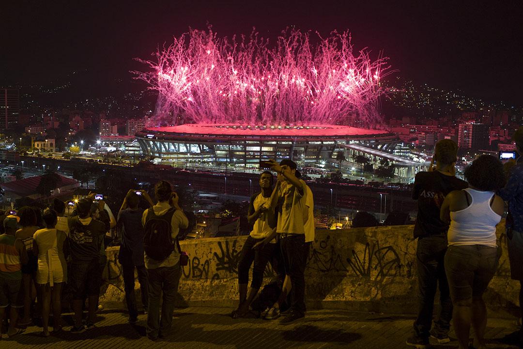 奧運會主場館馬爾卡納球場附近的貧民窟山頂,居民能夠遙望開幕式的煙火。