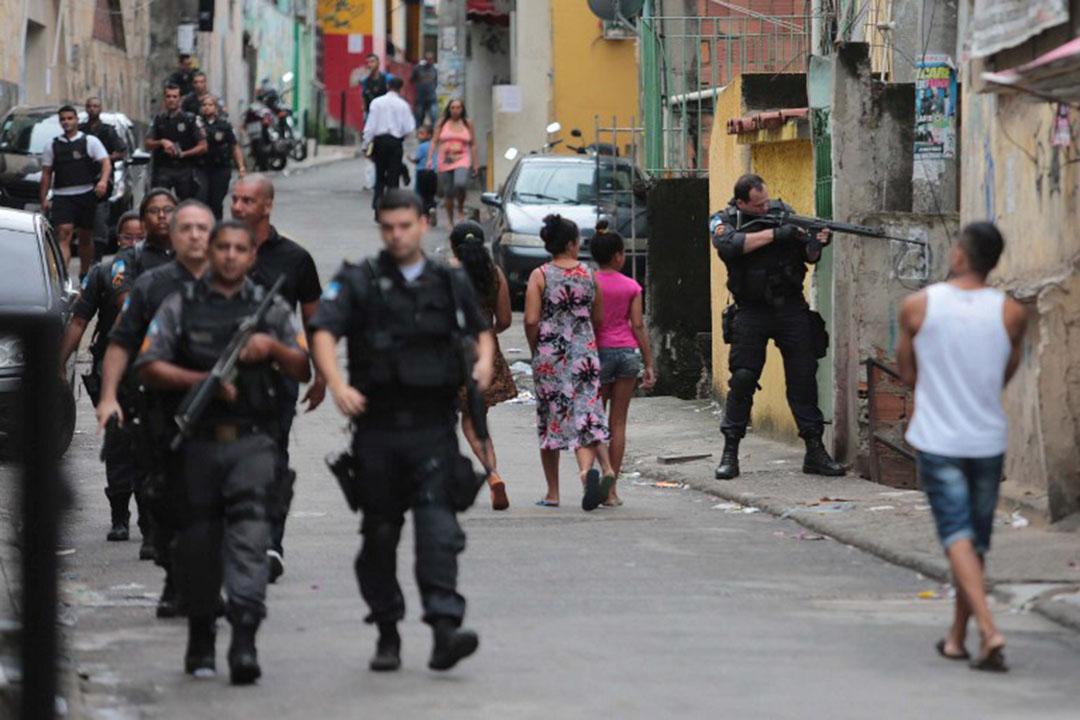 身着防彈衣、手持槍械的和平警察部隊(UPP)在貧民窟內巡邏。