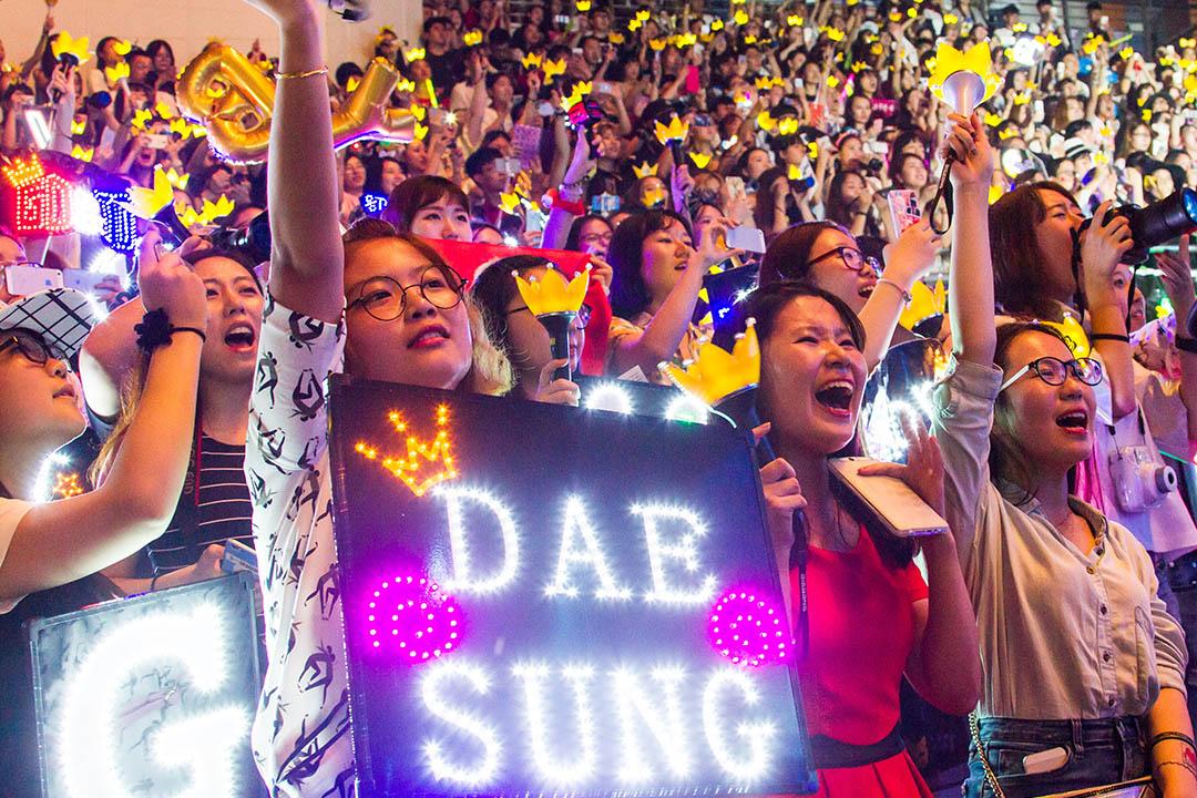 江蘇南京,粉絲們觀看韓國組合bigbang演唱會。