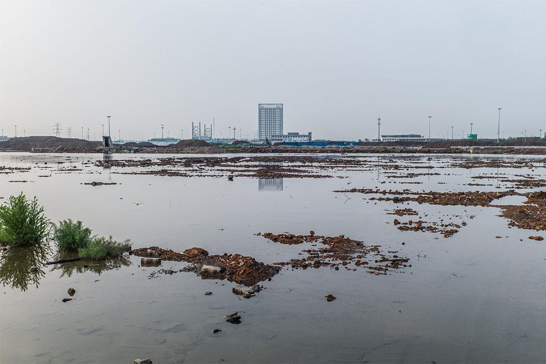 爆炸核心區,集裝箱早已清理完畢,現在猶如一片荒地。去年天津市政府表示未來將在此處建一座公園,同時承諾為犧牲消防員建紀念碑。