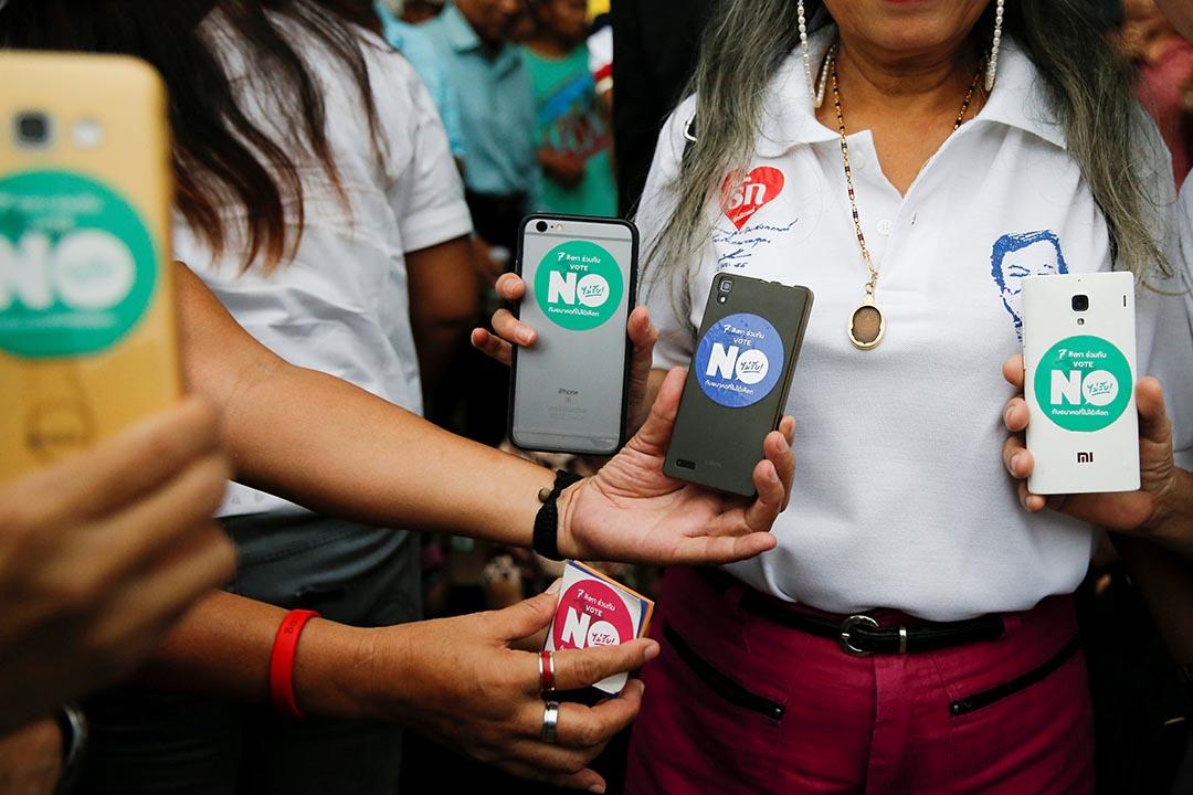 反對泰國新憲法支持者手持反對憲法貼紙。